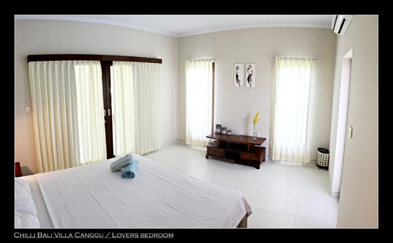 LOVE Bedroom - clean and spacious room with AC, ensuite bathroom and king size bed