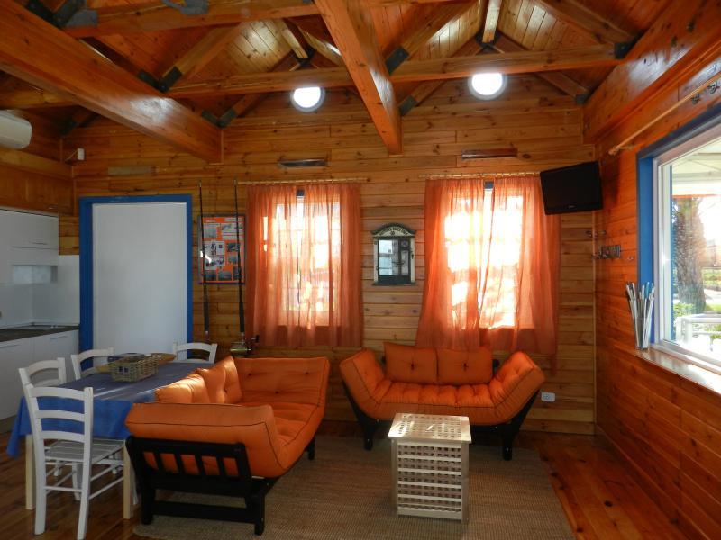 Il soggiorno della casa: comodi divani per guardare il mare e l'angolo cottura