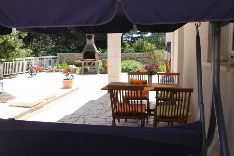 large terrace with table, swing and grill. Lots of room to play for your children. All with the sing