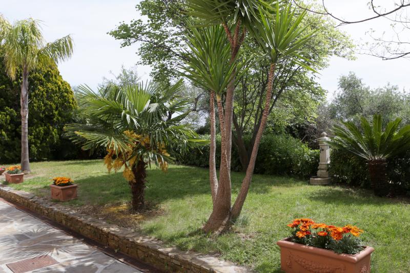 Altra vista del giardino privato ad uso degli ospiti delle camere IBIS e PAVONE