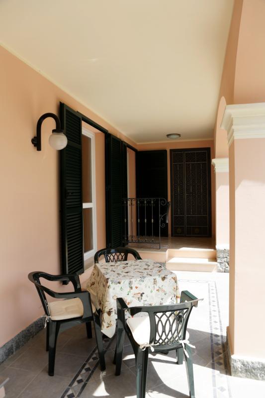 Altra vista del porticato da cui si accede sia alle camere IBIS e PAVONE che al giardino privato