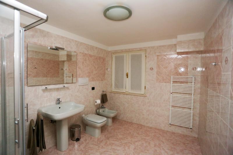 Altra vista del bagno privato ad esclusivo uso degli ospiti della camera IBIS