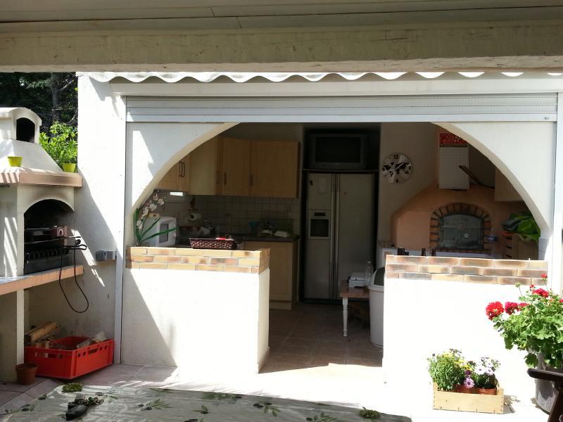 Barbacoa en la terraza con su cocina de verano