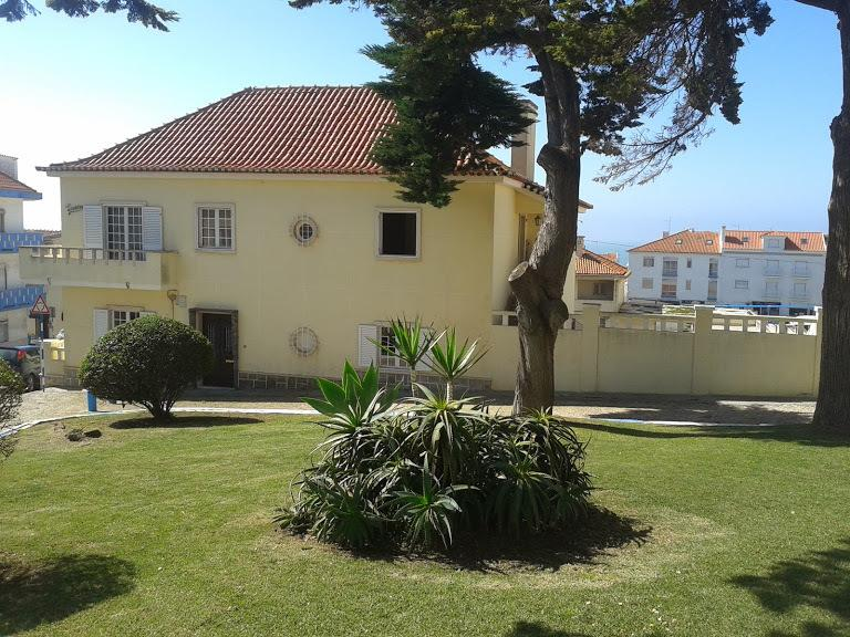 Laura House - rental house or room - Ericeira - Front view of the house.