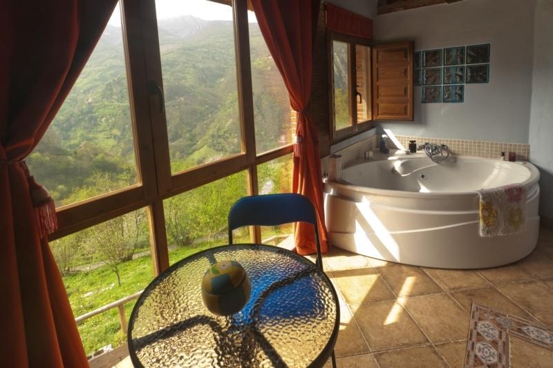 The Carbayu-Jacuzzi in the mountains and fireplace, aluguéis de temporada em Proaza