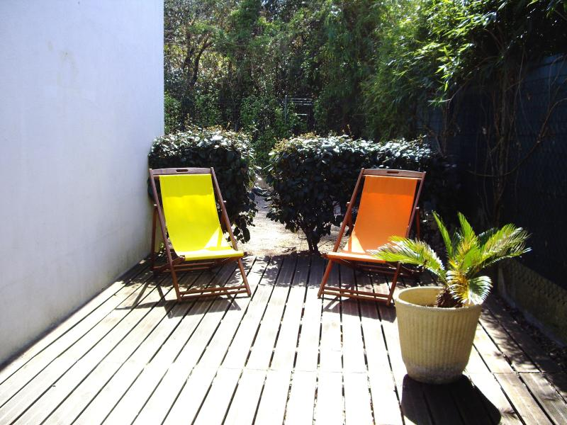 Seaside Beautiful Apartment with large sunny terrace wood to relax on the sun loungers, quiet