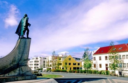 Skolavorduholt, justo en frente de la hermosa iglesia Hallgrímskirkja 10 min a pie