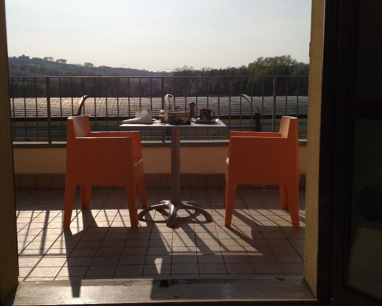 Eine Terrasse zum Essen oder zum Fangen der Morgensonne