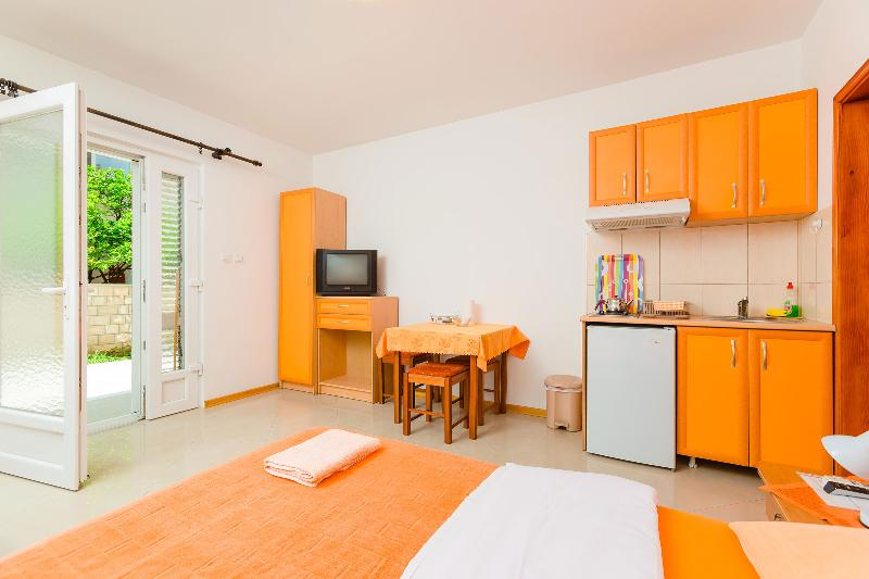 Cozy studio 30 meters from the sea, vacation rental in Tivat Municipality