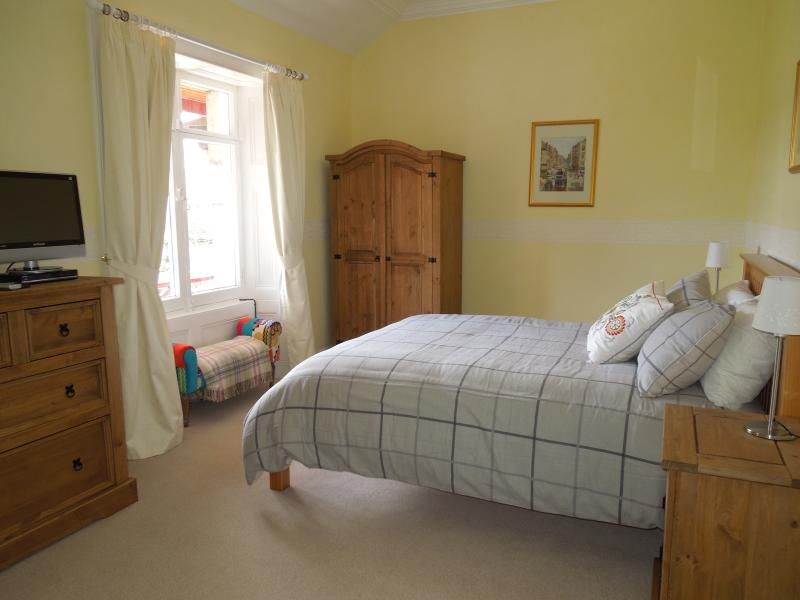 'Katrine' - Upstairs kingsize with garden and river views.