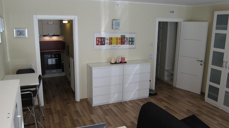 Confortable studio flambant neuf avec nouveaux meubles et toutes les commodités nécessaires.