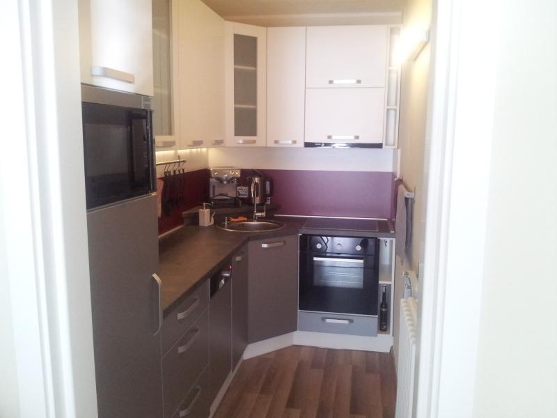 La cuisine est entièrement équipée avec tous les ustensiles nécessaires, pots, vaisselle et casseroles.