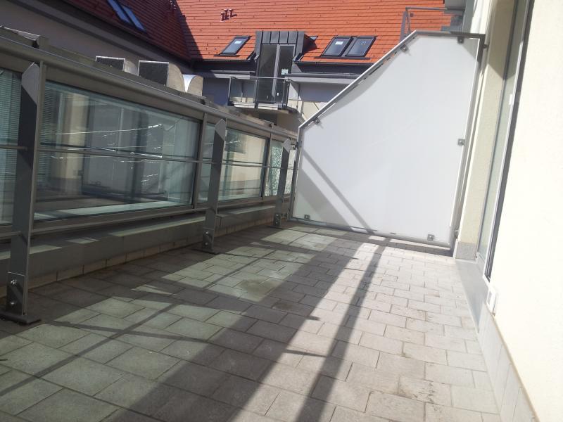 Terrasse où vous pourrez déguster votre repas ou un verre de vin.