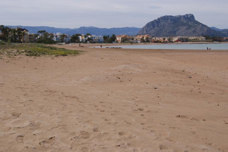 Playa de arena a 300 mts