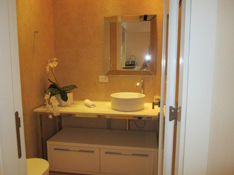 Natural stone-plated bathrooms