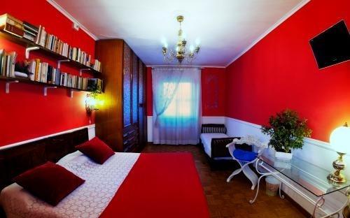 Camera rossa tripla con bagno adiacente ma ad uso esclusivo, televisore, aria condizionata, wi-fi