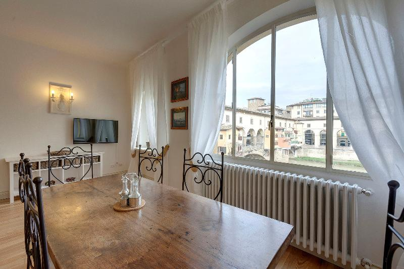 Bardi Apartment: Ponte Vecchio view!, vacation rental in Florence