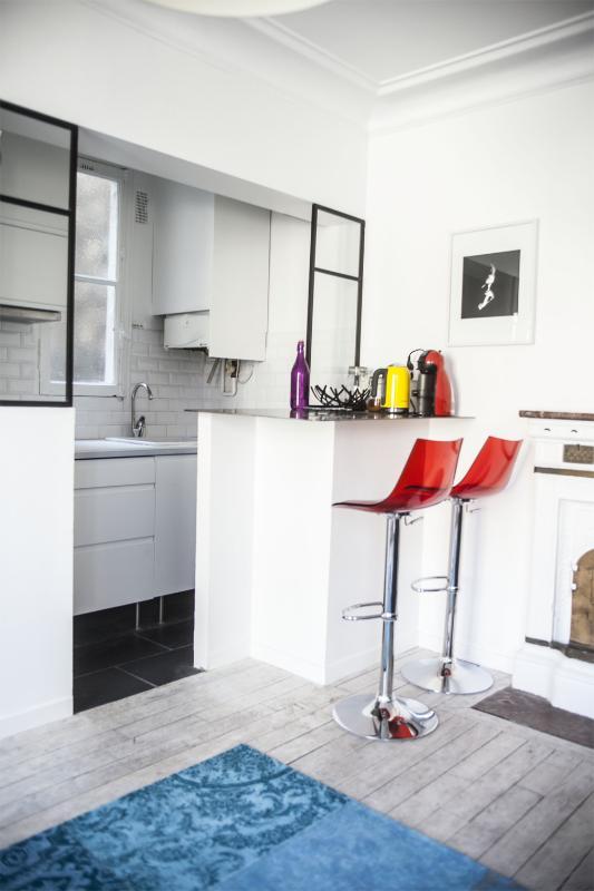 La cuisine est équipée de 2 plaques au gaz, d'un four multi-fonction et de l'électroménage