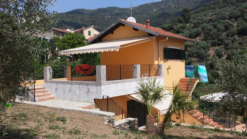 Villa indipendente con giardino/zona  Diano Marina-Arentino, vacation rental in Gazzelli