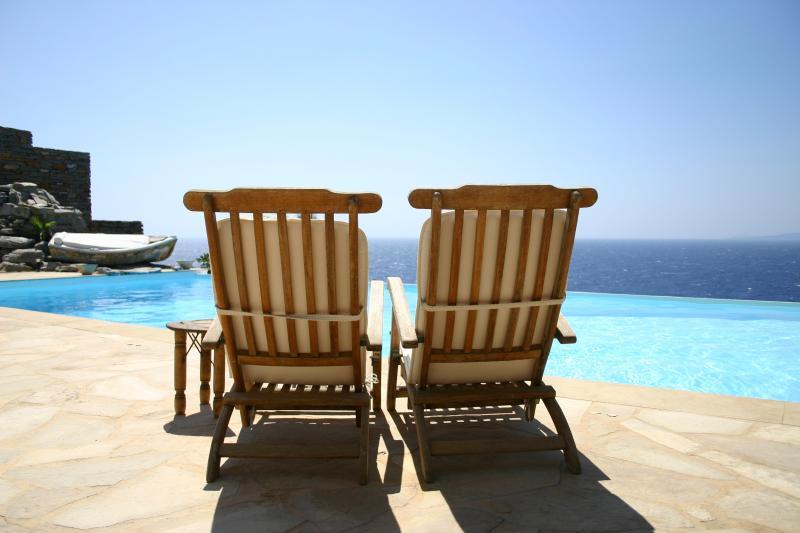 Villa Antigoni - Luxurious Seafront Villa, alquiler vacacional en Ceos