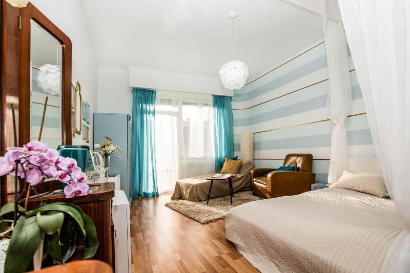 Newly renovated Art Deco flat near the Danube, casa vacanza a Leanyfalu
