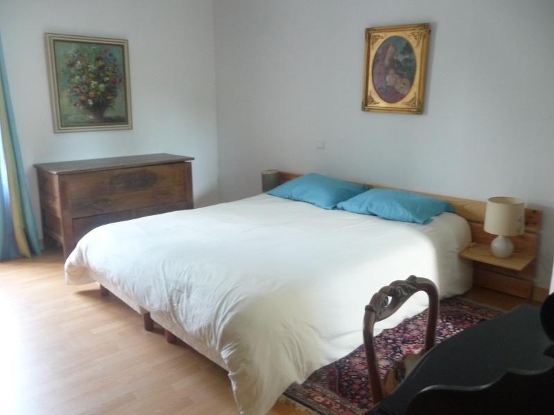 Ouderlijke (Quen grootte bed) bleef met dressing en badkamer ensuite, WC