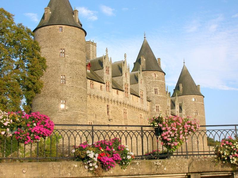 Château vu du canal de Nantes à Brest