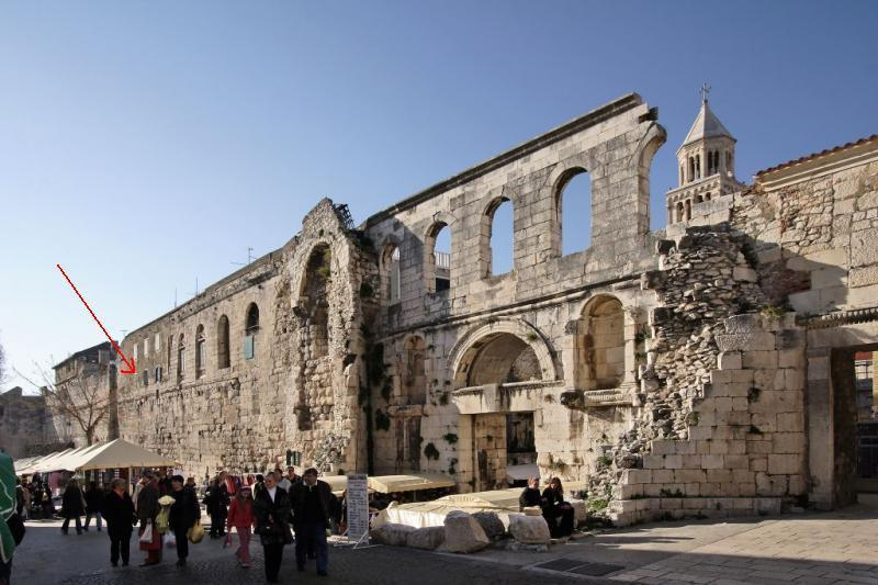 O portão de prata do Palácio de Diocleciano / as janelas do nosso apartamento no 2º piso /