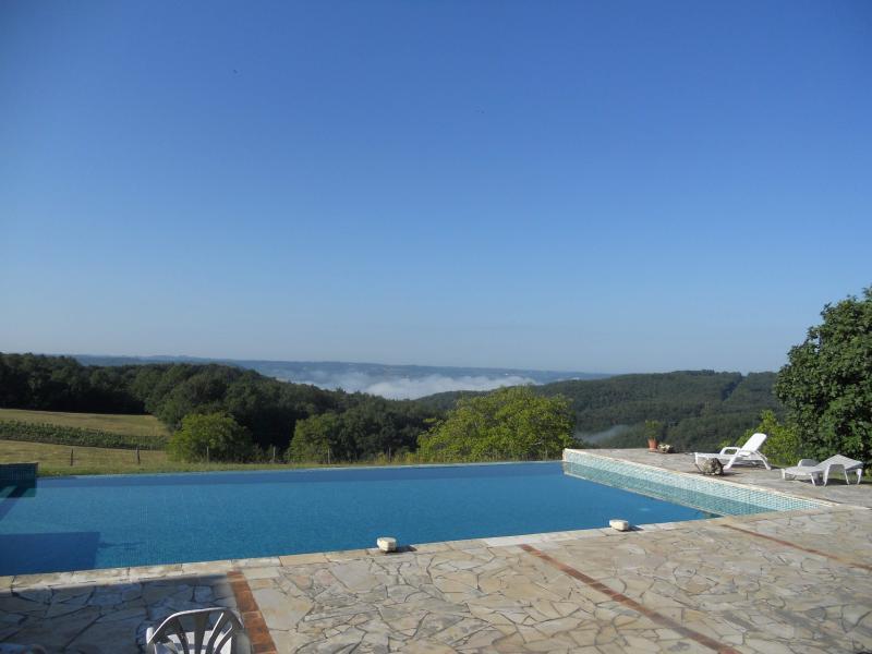 piscine et brume dans la vallée