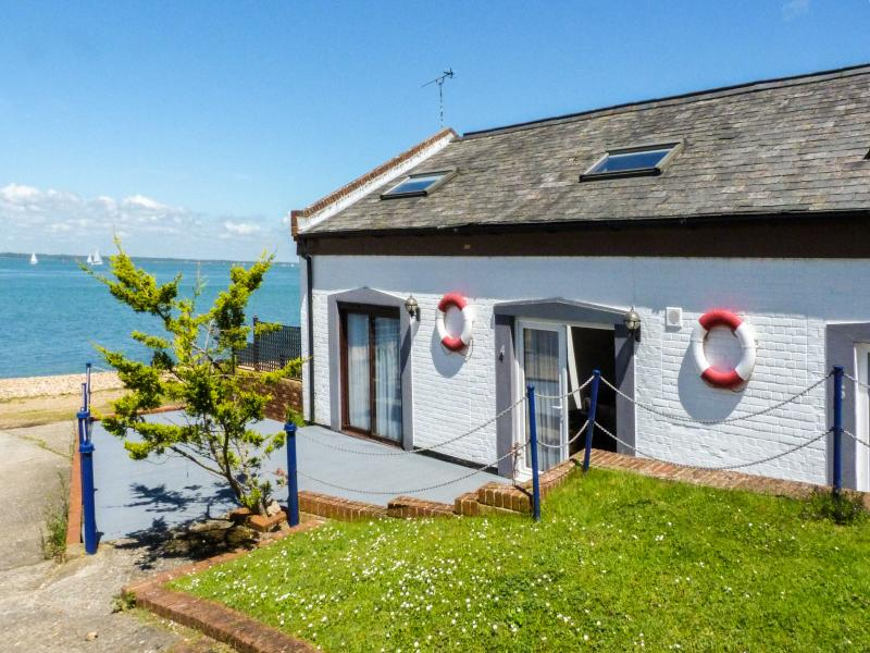 WEST SEA VIEW NO. 4, converted boathouse, access to beach, parking, slipway, in, vacation rental in Norton