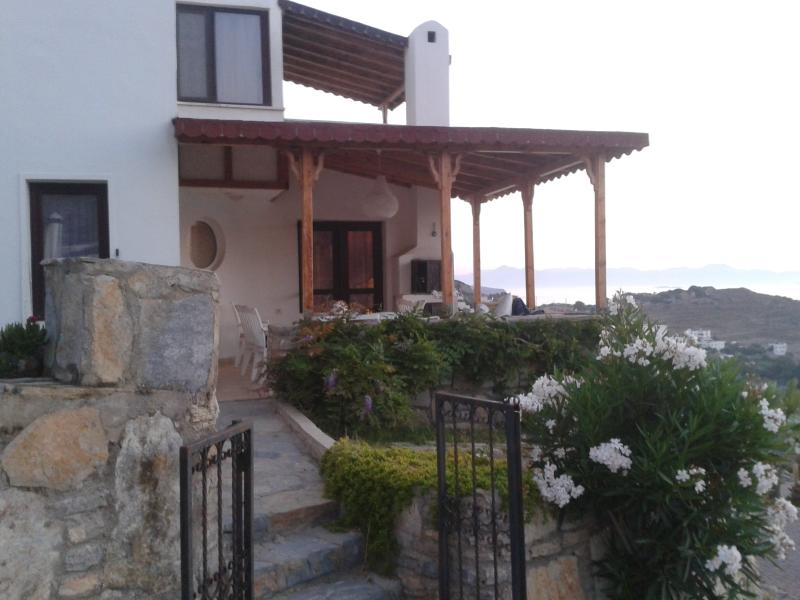 2 Bed House with a Beautiful Sea View in Bodrum, location de vacances à Akbuk
