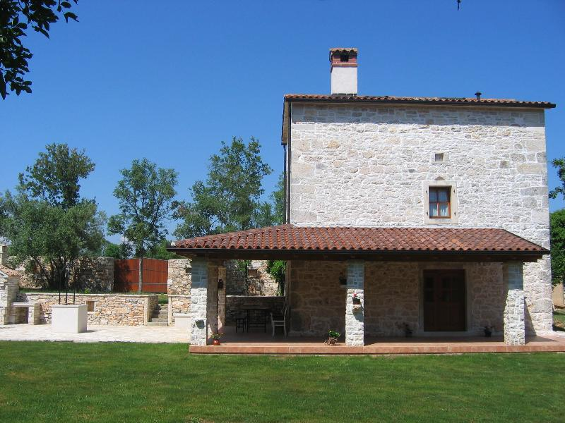 Solitary holiday house Stancija Bursic with pool, casa vacanza a Krnica