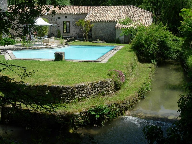La piscine au bord de la rivière