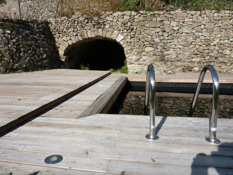 La voûte abrite la source qui alimente la piscine naturelle
