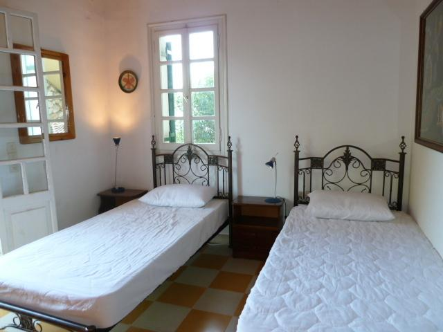 first bedroom with two single beds, french window leading to the second terrasse Villa Angela