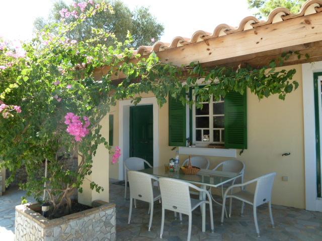 gedeckte Terrasse - Teil der vorderen Terrasse Villa Angela, zwei Türen zum Wohnbereich