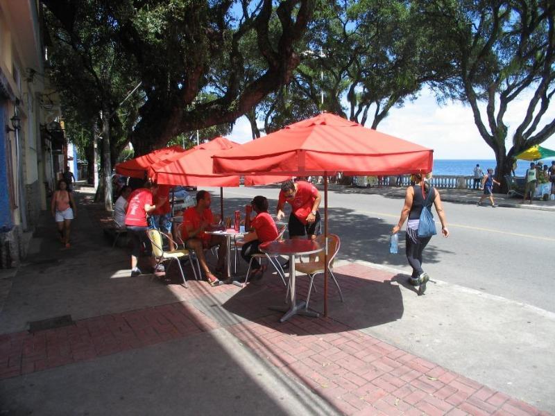 Cafe befindet sich vor dem Gebäude