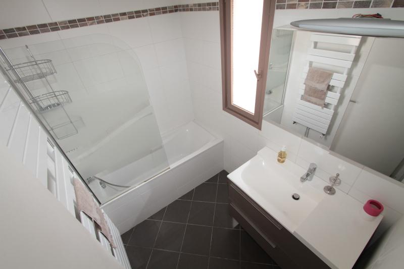 Salle de bains avec fenêtre vue mer