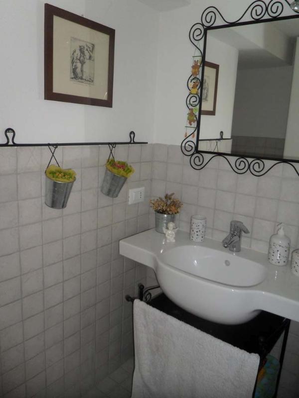 1 bathroom/bathroom 1