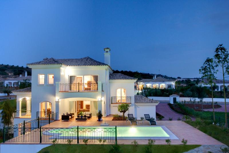 Stunning 4 bedroom villa with pool on a golf course in Arcos de la Frontera, holiday rental in Arcos de la Frontera