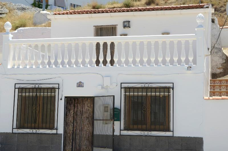 Holiday Cave House in Freila - Cueva Blanca - free WIFI, vacation rental in Cuevas del Campo
