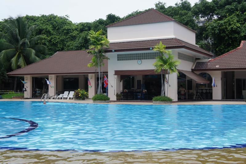 There Poolside Restaurant serves Thai & European Food.