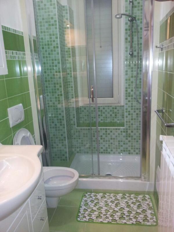 bagno verde con ampio box doccia