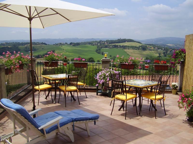 Dalla grande terrazza si ammira un panorama mozzafiato sulle verdi colline umbre.