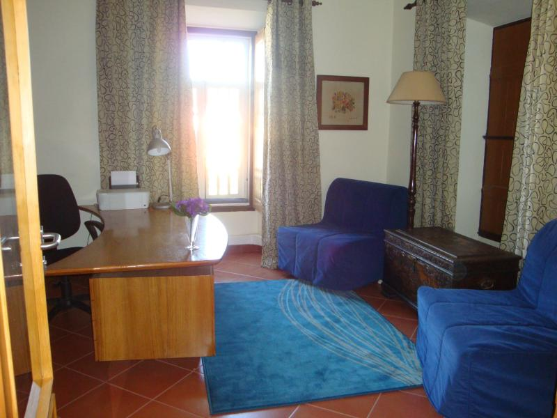 Biblioteca com sillones cama individuais