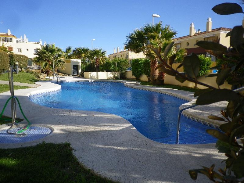 dos piscinas, adultos y niños