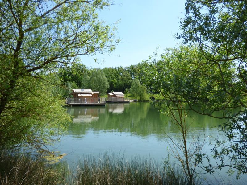 CABANES FLOTTANTES du Lac de PELISSE, holiday rental in Serres-et-Montguyard