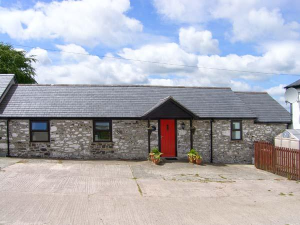 DAIRY COTTAGE, all ground floor, WiFi, enclosed private patio, close to, location de vacances à Gwytherin