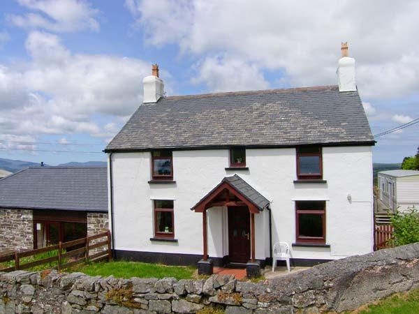 THE OLD FARMHOUSE, WiFi, exposed beams, enclosed patio with furniture, great, location de vacances à Gwytherin