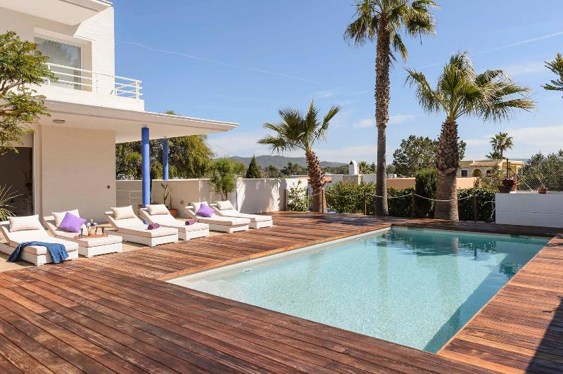 Private garden with outdoor swimming pool